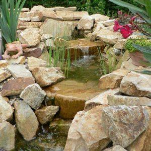 Teich mit Sitzplatz, Naturstein
